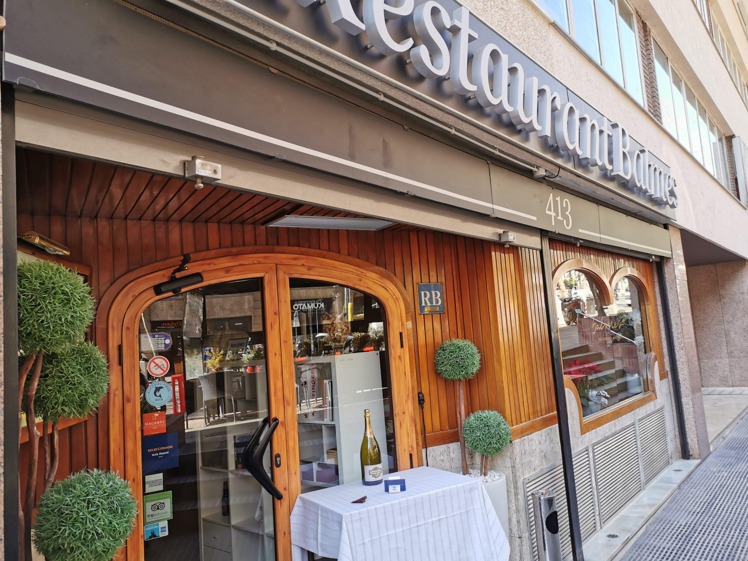 exterior del restaurante marisquería balmes 413 con la pegatina de The Blue Dolphin Store en la puerta