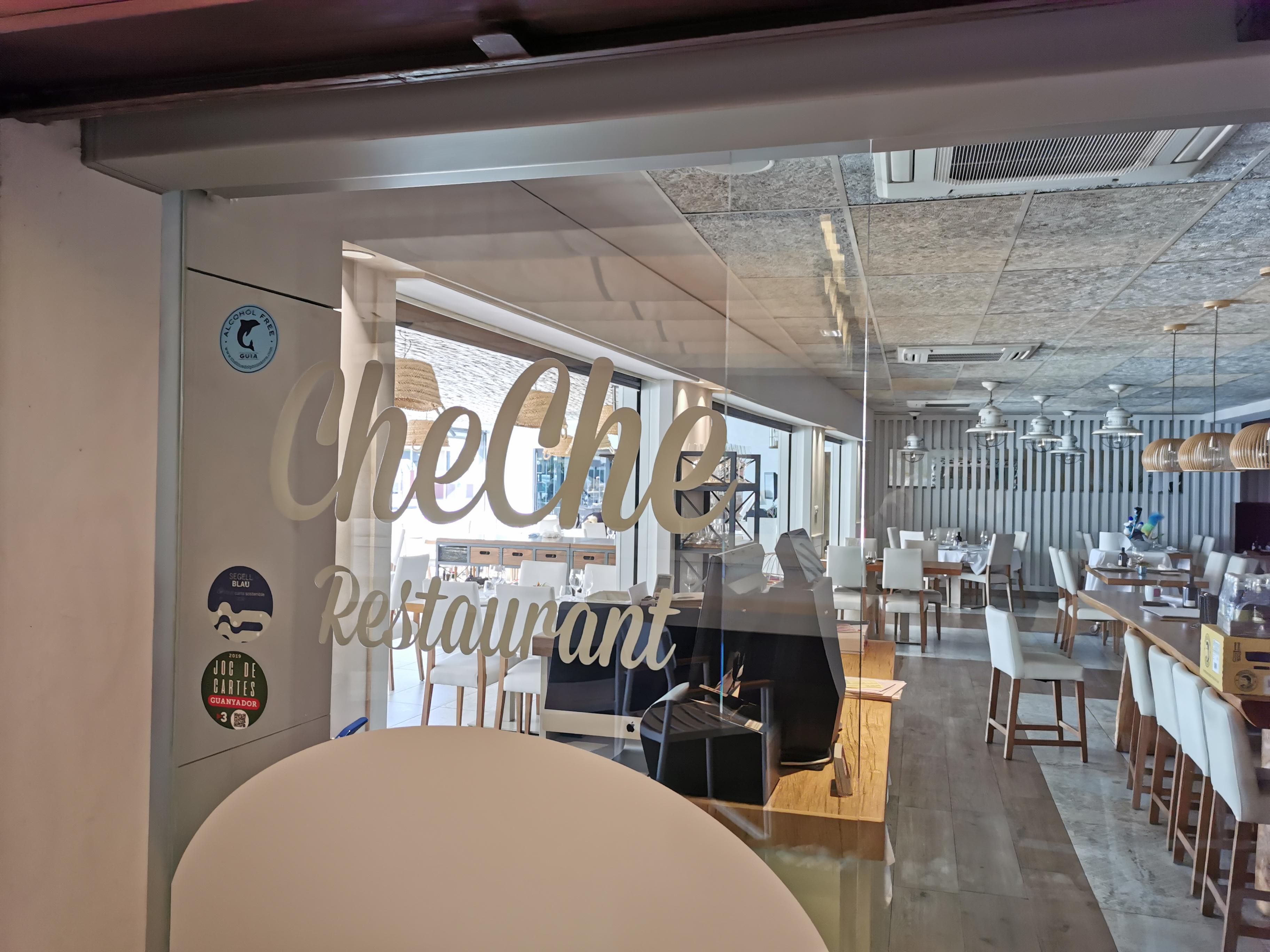 interior del restaurant cheche de castelldefels amb el logo the The Blue Dolphin Store a la porta